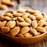 NUCI și SEMINȚE. Persoanele cu acnee au frecvent un nivel scăzut de antioxidanți ca vitamina E, seleniu, care se găsesc din abundență în migdale, nuci braziliene, alune. Deși nu există dovezi clare că ar îmbunătăți evoluția acneei, merită o încercare. Vom beneficia de celelalte efecte pozitive adăugându-le în dietă.