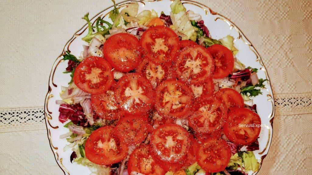 salata de rosii cu ceapa si dressing cu ghimbir