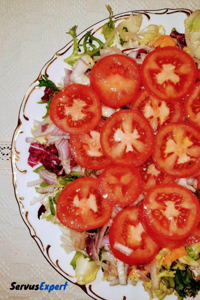 salata de rosii cu ceapa si dressing de ghimbir